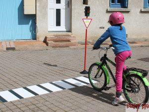Passage piétons avec feu tricolore pour circuit velos - www.tousenroute.com