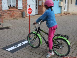 Bande et panneau de signalisation STOP pour circuit velos - www.tousenroute.com
